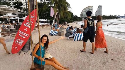 Пляжная прогулка на отдыхе без трусиков