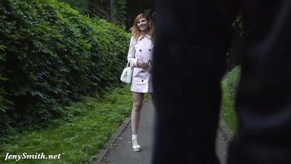 Jeny Smith гуляет по парку без трусиков и показывает пизду