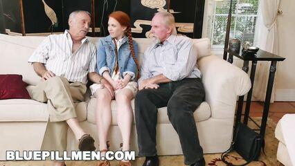 Старый дед тягает за косички молодую рыжую девушку