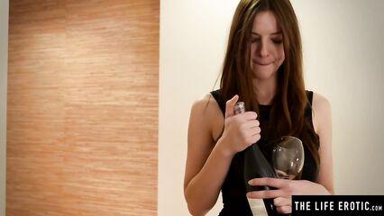 Молодая Rebeka Ruby мастурбирует анал горлышком бутылки