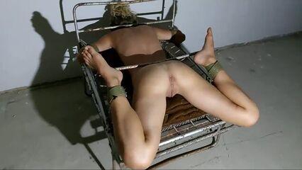 Оргазм привязанной к железной кровати женщины