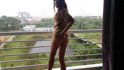 Даже дождь не мешает мастурбации волосатой киски на балконе