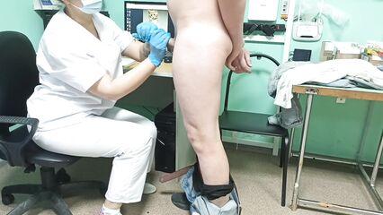 Секс с врачихой на полном осмотре (Русское порно)