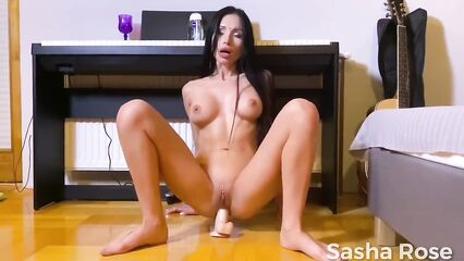 Sasha Rose в одиночестве мастурбирует анал секс игрушками