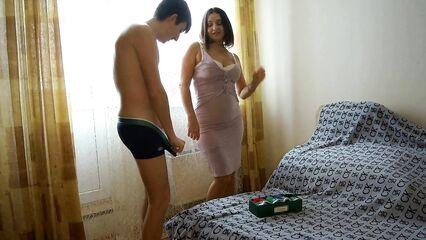 Зрелой женщине нравится натуральный член молодого парня