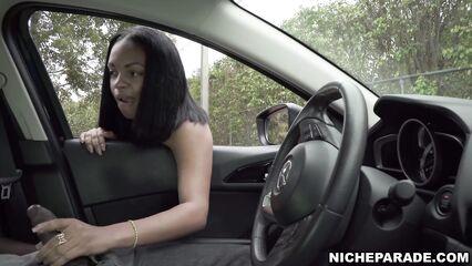 Незнакомая мулатка помогает дрочить парню в машине
