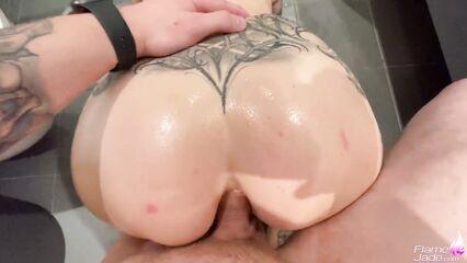 Татуированная девушка получает в душе член в жопу