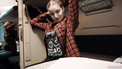 Молодая попутчица в поезде делает минет с проглотом