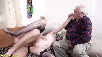 Внук трахает в жопу бабушку в присутствии дедушки.