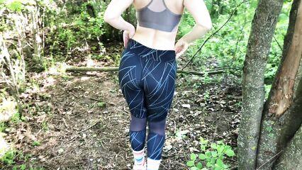 Фитнес попка хочет секса на природе в лесу.