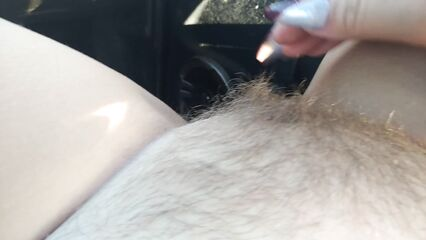 Толстая девушка играет с волосатой киской в автомобиле..
