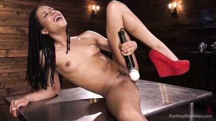 Сексапильная темнокожая Kira Noir испытывает секс машину во все дырки