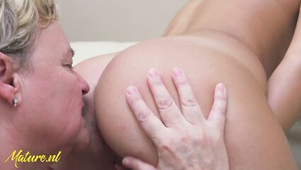 Лесбийский секс молодой брюнетки со зрелой бабушкой.