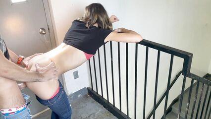 Горячий Секс и кончил внутрь на лестничной площадке в подъезде дома.