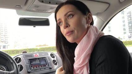 Моя любовница сосет член и глотает сперму в машине на парковке!
