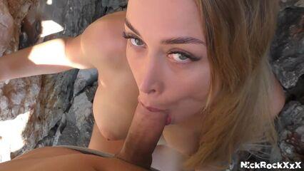 Уединились на отдыхе между скалами в Греции!