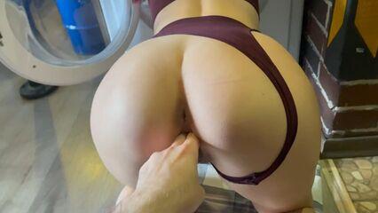 Новый опыт в грубом сексе, голова с руками жены в стиралке.