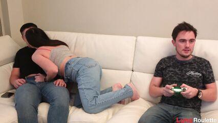 Пока мой был занят игрой я сделала минет с проглотом его другу