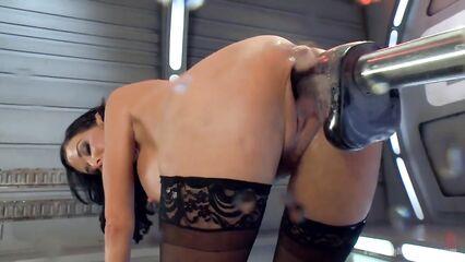 Секс машина с большим фаллоимитатором до сквирта трахает брюнетку