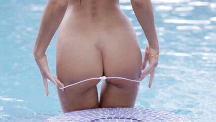 Русская порно модель Мария Рябушкина обнажается у бассейна