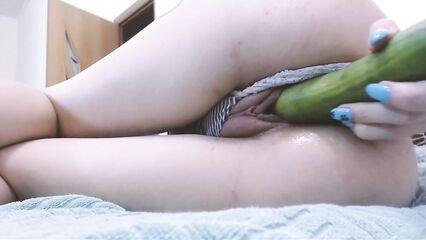 Крупным планом мастурбация и оргазм огурцом