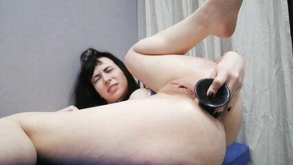 Мне очень нравится играть с попкой длинными секс игрушками