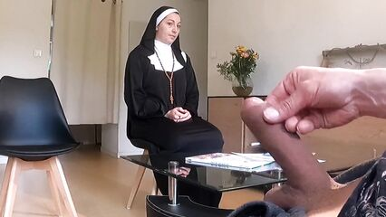 Монашка не могла устоять перед моим членом и помогла кончить