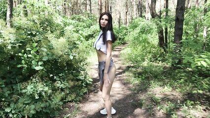 Красивый минет в лесу от первого лица