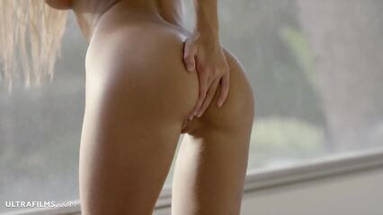 Молодая порно модель Melena Maria мастурбирует дырочки