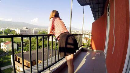 Утренний публичный секс на балконе